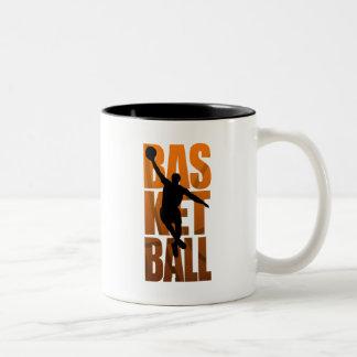 Ein springendes und schießendes Basketballer Zweifarbige Tasse