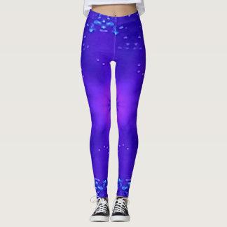 Ein Spritzen des Neons gegen blauen Lavendel Leggings