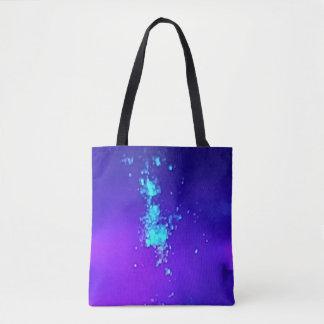 Ein Spritzen des Neons gegen blauen Lavendel Tasche