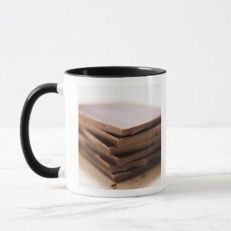 Ein Stapel Schokolade des Bäckers bereit gehackt Tasse