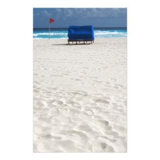 Ein Strand-Stuhl erwartet Briefpapier
