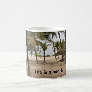 Ein Strand und eine Tasse