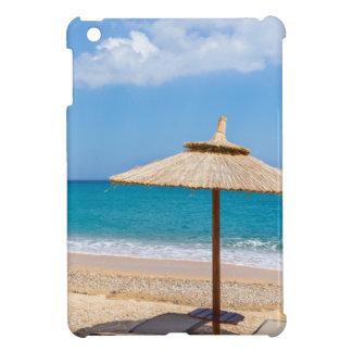 Ein Strandschirm und sunloungers nähern sich Ozean iPad Mini Hülle