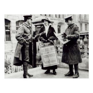 Ein Suffragette, der Zeitungen bis zwei verkauft Postkarte