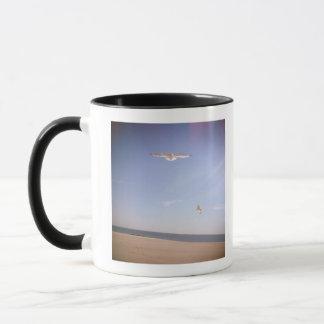 ein träumerisches Bild der Seemöwen, die am Strand Tasse