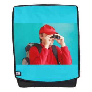 ein Trekker mit seinen Ferngläsern und seinem Rucksack