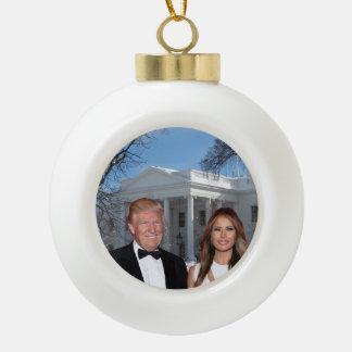 Ein Trumpf-Weihnachten: Donald und Melania Keramik Kugel-Ornament