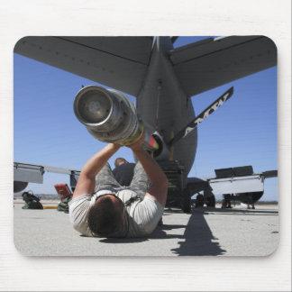 Ein US-Luftwaffe-Flieger hebt den Boom eines KC-13 Mauspads