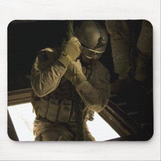 Ein US-Luftwaffe pararescueman fängt seinen Abfall Mousepads
