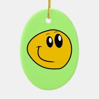 Ein verworfener gelber glücklicher smiley keramik ornament