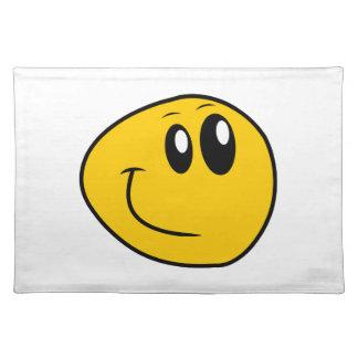 Ein verworfener gelber glücklicher smiley tischset