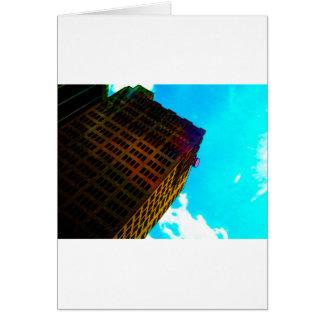 Ein vibrierendes und hohes Gebäude gegen den Grußkarte
