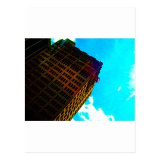Ein vibrierendes und hohes Gebäude gegen den Postkarten