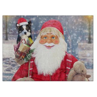 Ein Weihnachtsmann, der einen niedlichen Schneidebrett