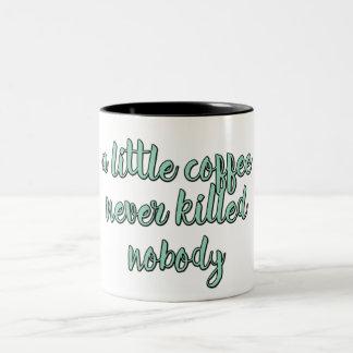 Ein weniger Kaffee tötete nie niemand Zweifarbige Tasse