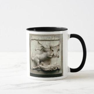 Ein Zentaur, der über einem Lapith triumphiert Tasse