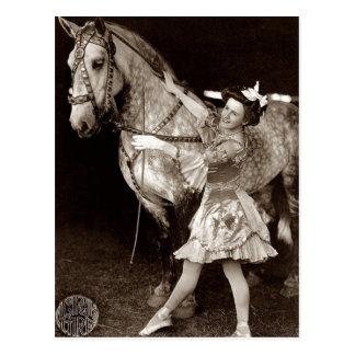 Ein Zirkus-Mädchen und ein Pferd Vintag Postkarte