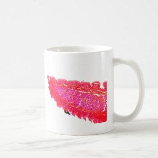 Eine Abschnittabflussrinne die Spitze einer Zunge Kaffeetasse