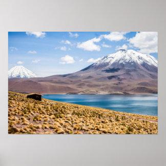 Eine Andenhütte durch den See Posterdruck