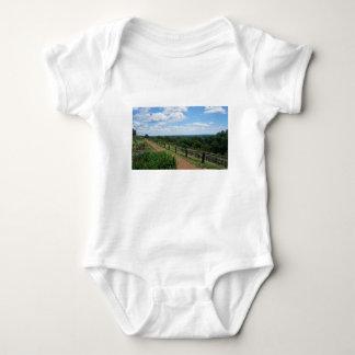Eine Ansicht von Monticello Baby Strampler