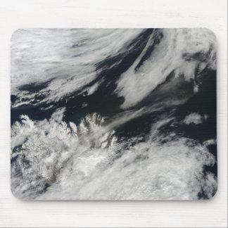 Eine blasse graue Aschenfeder brennt vom Gipfel Mauspad