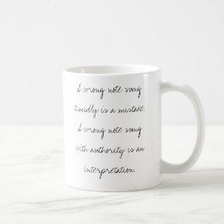 Eine falsche Anmerkung, die schüchtern gesungen Kaffeetasse