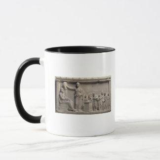 Eine Familie, die einen Stier Asclepius opfert Tasse