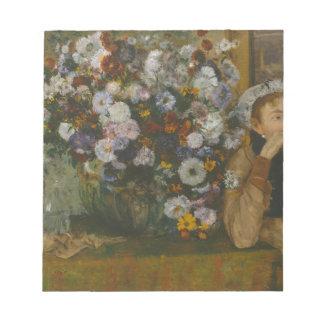 Eine Frau gesetzt neben einem Vase Blumen Notizblock