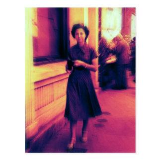 Eine Frau in der Straße Postkarte