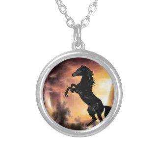Eine friesische Stallionspferdeerrichtung Versilberte Kette