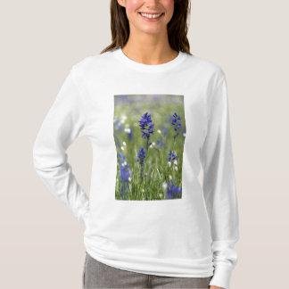 Eine Gebirgswiese der Wildblumen einschließlich T-Shirt