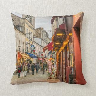 Eine gedrängte Straße im Paris-Wurfskissen Kissen