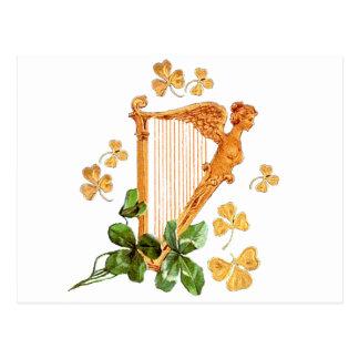 Eine goldene irische Harfe umgeben durch Postkarte