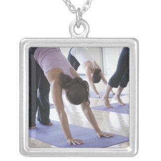 eine Gruppe Frauen, die Yoga in einem hellen üben Halskette Mit Quadratischem Anhänger