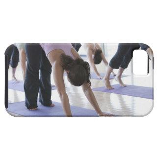 eine Gruppe Frauen, die Yoga in einem hellen üben iPhone 5 Cover
