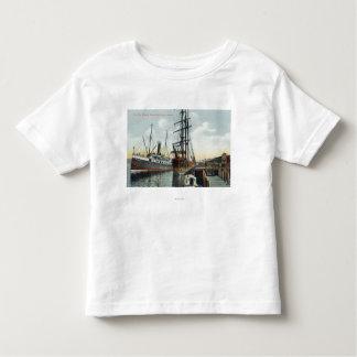 Eine Gurren-Bucht-Verschiffen-Szene am Dock Kleinkinder T-shirt