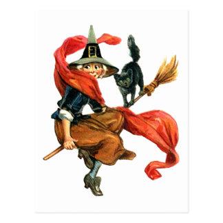Eine Hexe fliegt auf ihren Besen mit ihrer Postkarte