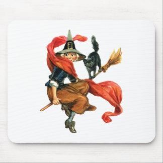 Eine Hexe fliegt auf ihren Besen mit ihrer schwarz Mousepad