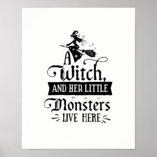 Eine Hexe und ihre kleinen Monster leben hier Poster