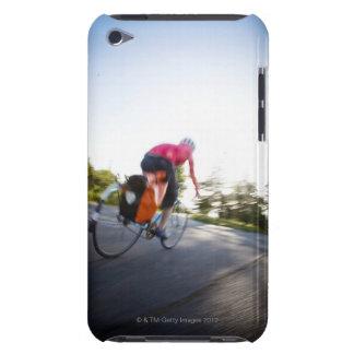 Eine junge Frau reitet ein Fahrrad um einen Park Barely There iPod Hüllen