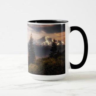 Eine Lieblingsansicht von Mt. Shasta und schwarzer Tasse