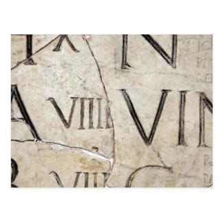 Eine Nahaufnahme der alten römischen Buchstaben Postkarte