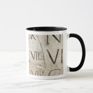 Eine Nahaufnahme der alten römischen Buchstaben Tasse