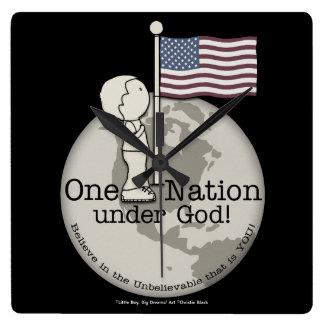 Eine Nation unter Gott-Kleinem Jungen an US-Flagge Quadratische Wanduhr