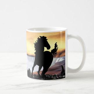 Eine PferdeSilhouette und -wasserfall Kaffeetasse