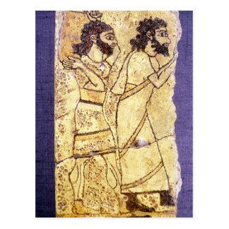 Eine Plakette, die das Gehen mit zwei Männern Postkarte