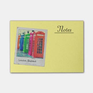 Eine Reihe der hell farbigen Telefonzellen Post-it Klebezettel
