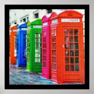 Eine Reihe der hell farbigen Telefonzellen Poster