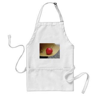 Eine rote Kirsche auf Strohnahrungsmittelpapier Schürze