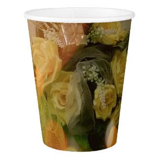 Eine Schale sonnige gelbe Rosen-Papierschalen Pappbecher